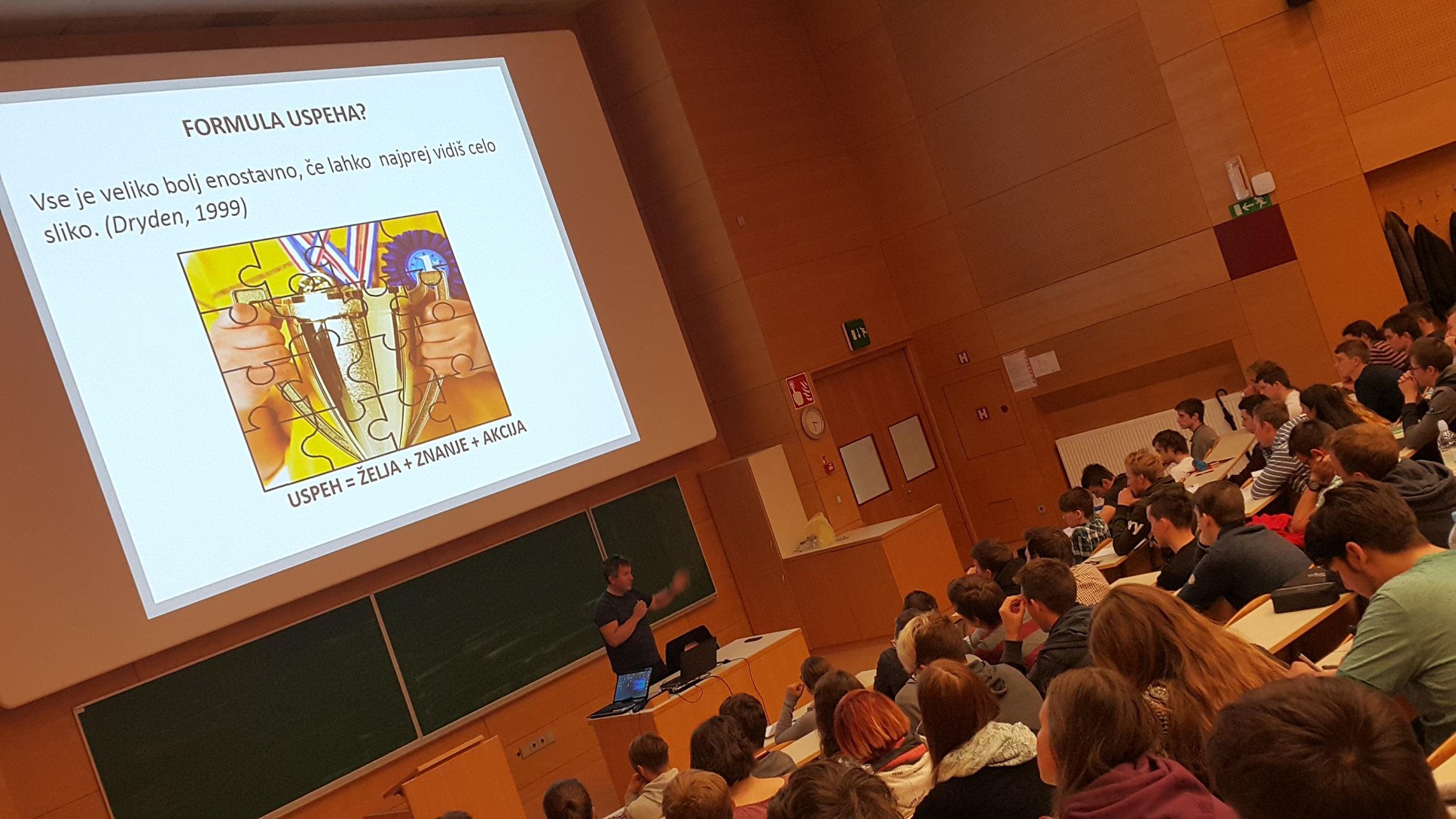 Prof. Tušak z motivacijskim predavanjem ob začetku predmeta Komunikacijski sistemi
